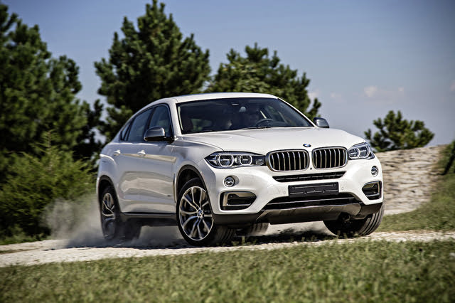 2015-2018 BMW X6 white, front three-quarters, driving
